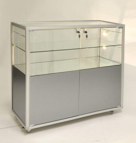 beleuchtete stehende Glasvitrine mit Staufach abschließbar 98 cm ohne Spiegelrückwand / auf Rollen