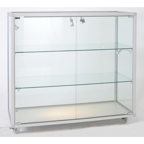 breite Thekenvitrine aus Sicherheitsglas abschließbar  ohne Spiegelrückwand / auf Rollen
